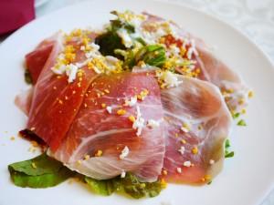 リストランテ ベニーレベニーレ  プロシュートを贅沢にのせたサラ 三文鱼沙拉
